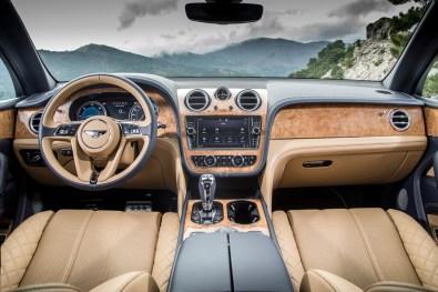 How would you like your Bentley, sir? Der er noget unikt over Bentleys store, luksuriøse SUV Bentayga, der netop er blevet lanceret i en V8-dieselvariant med 435 hk. Så da jeg fik muligheden for at køre i Bentleyen i nogle dage, sagde jeg straks ja tak og nød hver en kilometer i den überlækre kabine.