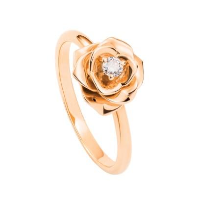 Det Antwerpen-baserede diamantfirma Rose d'Ánvers lader faktiske roser lakere, så de kan holde i to år – disse roser bliver så sat med bittesmå brillanter, som kan fattes i smykker, når rosen ikke kan længere. Roserne er tænkt som forlovelsesgaver, så den kommende brud selv kan få indflydelse på sin ring