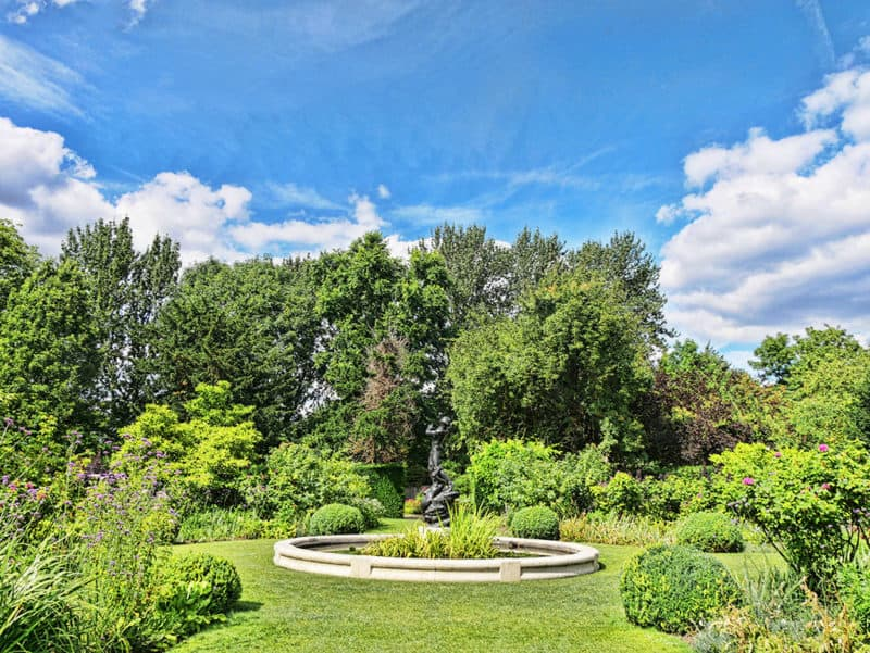 Regent's Park secret garden - St John's Lodge gardens