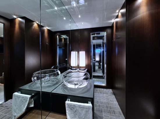 Lovers-Deep_submarine_bathroom