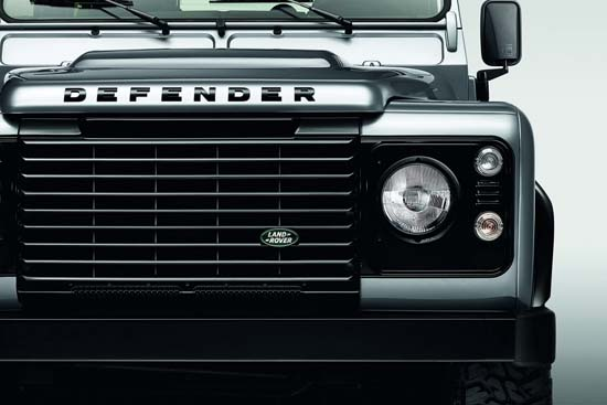 land-rover-defender-black-silver-pack-02