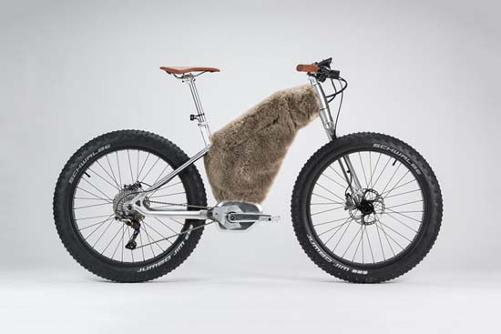 SNOW is dedicated to the discovery of virgin snow territory that echoes its brushed glacier colour. As for SAND, huge Schwalbe tyres offer lift and traction. The mono-arm fork allows optimum snow evacuation. Equipped with the Bosch system, Shimano XTR gearing and brakes, it even has a synthetic fur frame cover that protects the battery from extreme temperatures.