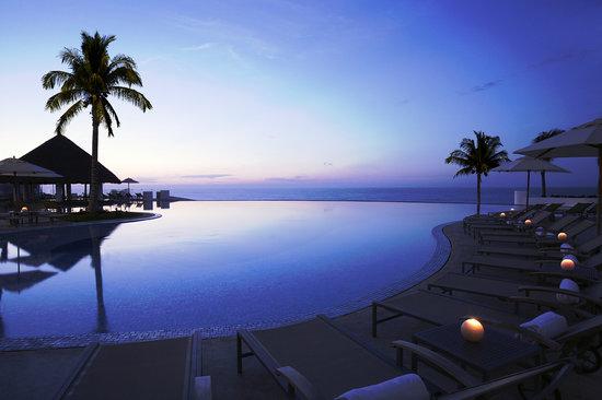 le-blanc-inifinity-pool-at-dawn