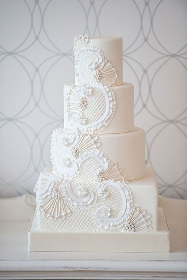 Con intrincadas decoraciones de royal icing hechas a mano Link : http://www.modwedding.com/2014/01/16/40-oh-so-very-pretty-wedding-cakes-from-bobbette-belle/