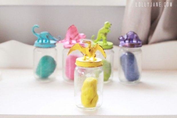 DIY-dinosaur-jar-lids-by-LollyJane-600x400