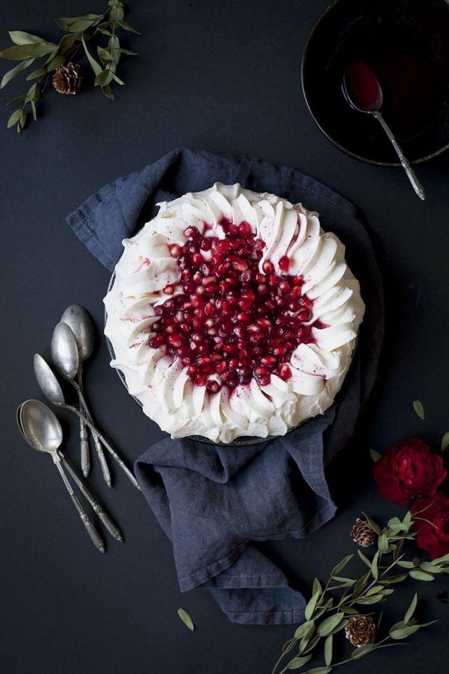 pomegranate-christmas-pavlova-cheap-easy-recipe-for-happy-new-year-party.jpg