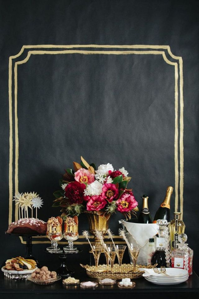 The-Black-White-and-Golden-New-Years-Eve-Chalkboard-Party-Table-Decoration.jpg