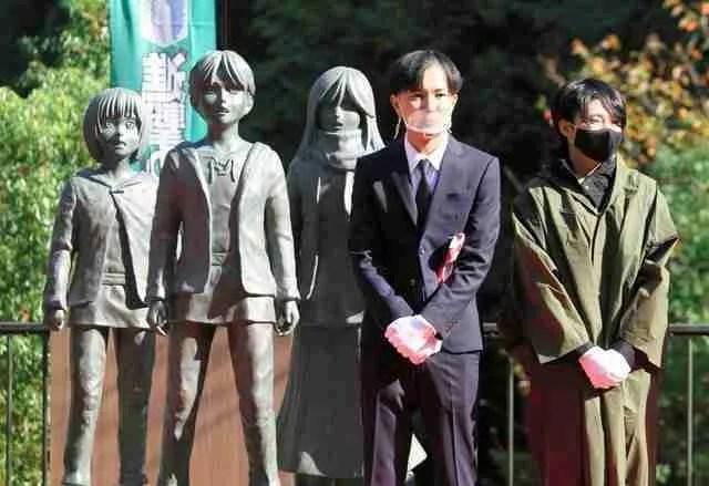 Attack on Titan statues and Hajime Isayama