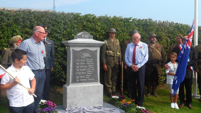 Les neveux de la famille Rose, Doug et Colin Rose, un instant après avoir dévoilé la stèle inaugurée ce dimanche et érigée à Solre-le-Château à proximité du lieu où l'avion du pilote, le lieutenant John Colin Mc Intoch Rose, s'est écrasé avec son équipage.