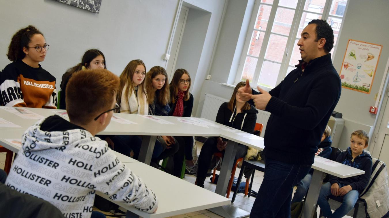 Les médiateurs de l'APS d'Armentières, ici Nordine, sont allés à la rencontre des élèves-médiateurs de Saint-Charles.