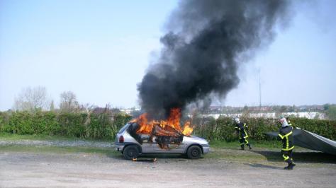 La couverture anti-feu permet de venir rapidement à bout d'un incendie de voiture.