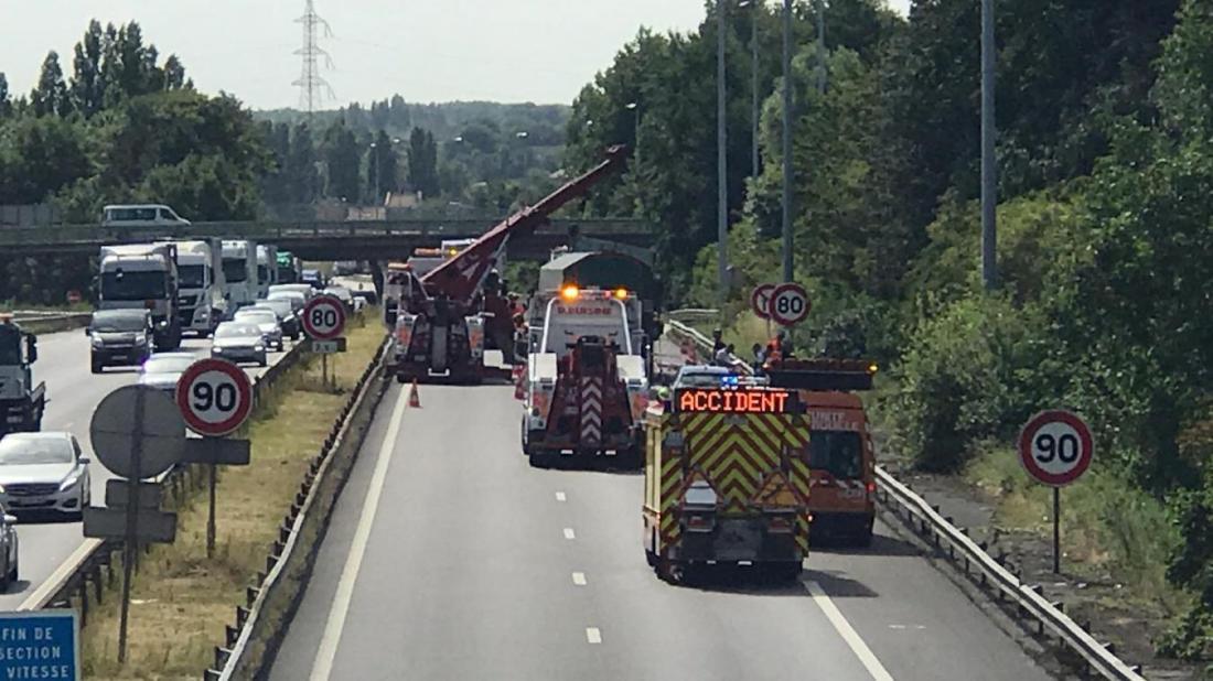 En cette fin de matinée, l'autoroute est complètement fermée dans le sens Dunkerque-Lille, le temps des opérations de dégagement des véhicules.