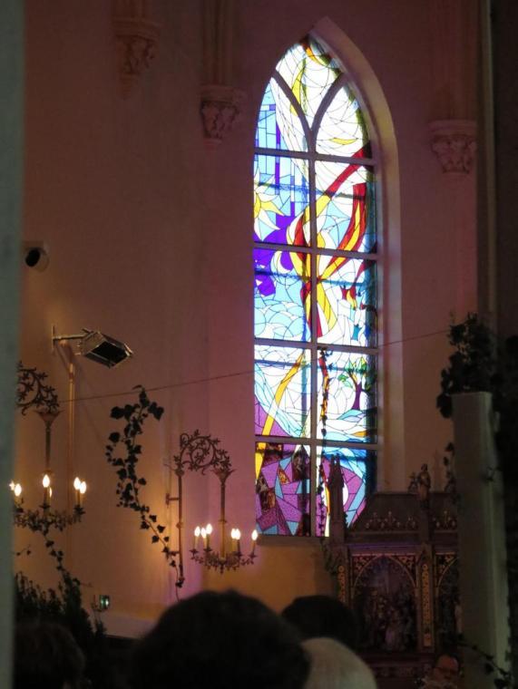 Les dix vitraux latéraux représentent les histoires des grands personnages des scènes bibliques : Marie, Joseph, Abraham, Pierre, André, Paul, Moïse...