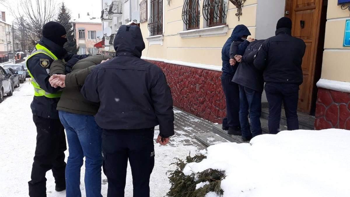 Били топором: на Львовщине 2 злоумышленников ограбили ...