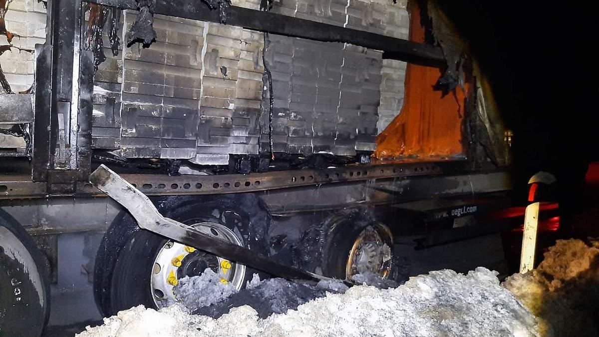 На Львівщині посеред дороги загорілась вантажівка: фото з ...