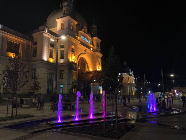Новий фонтан на площі Двірцевій зачарув львів'ян: фото ...