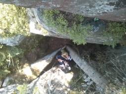 між скелями