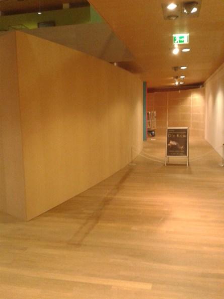 Die Räume sind noch leer, nur der große Einbau im ersten Obergeschoss steht schon. Noch wartet er auf seine Farbe.