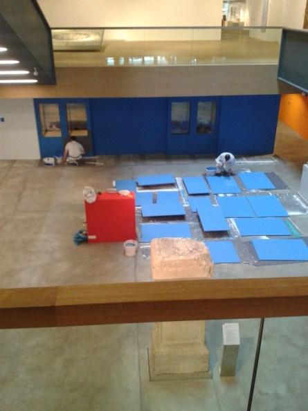 Auch die Foyervitrinen werden bespielt und werden gestrichen.