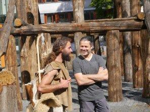 Der Kurator Michael Schmauder begrüßt die Ötzi-Walker.