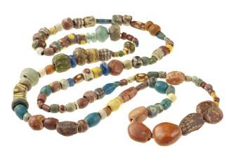 Halskette, Merowingerzeit, 7. Jh. n.Chr., Meckenheim Typisch für die Merowingerzeit sind hier die farbenprächtigen Glasperlen und die aus dem Ostseeraum importierten Bernsteinperlen. Foto: J. Vogel, LVR-LandesMuseum Bonn.