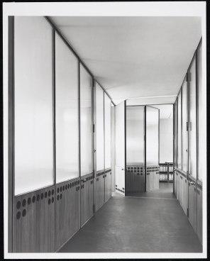 Haus der Glasindustrie Düsseldorf, Flur, frühe 1950er Jahre. Fotografie von Karl-Hugo Schmölz. (c) Archiv Wim Cox.