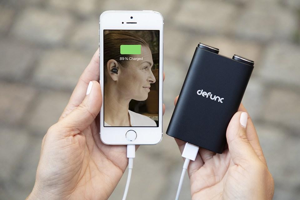 defunc bt earbud true 08 loading iphone with powerbank