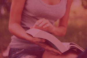 lycéenne qui tourne les pages d'un livre