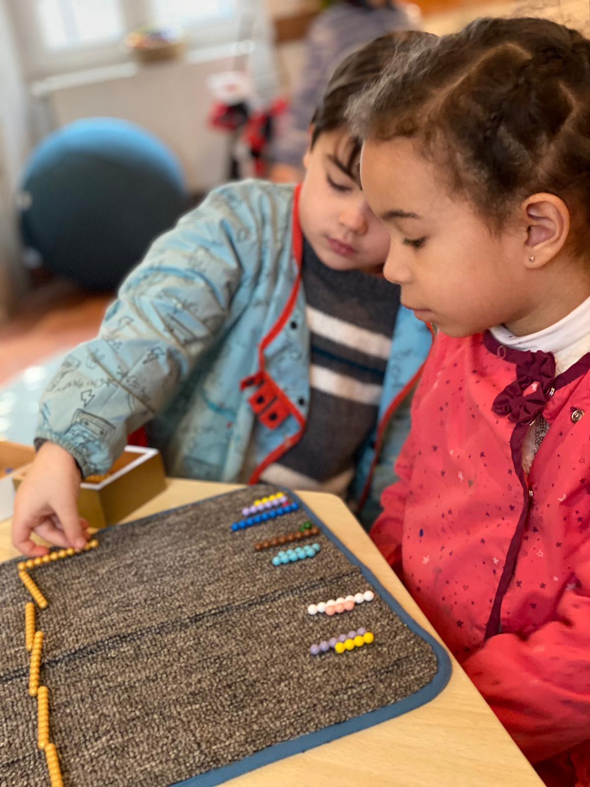enfants qui travaillent ensemble - montessori