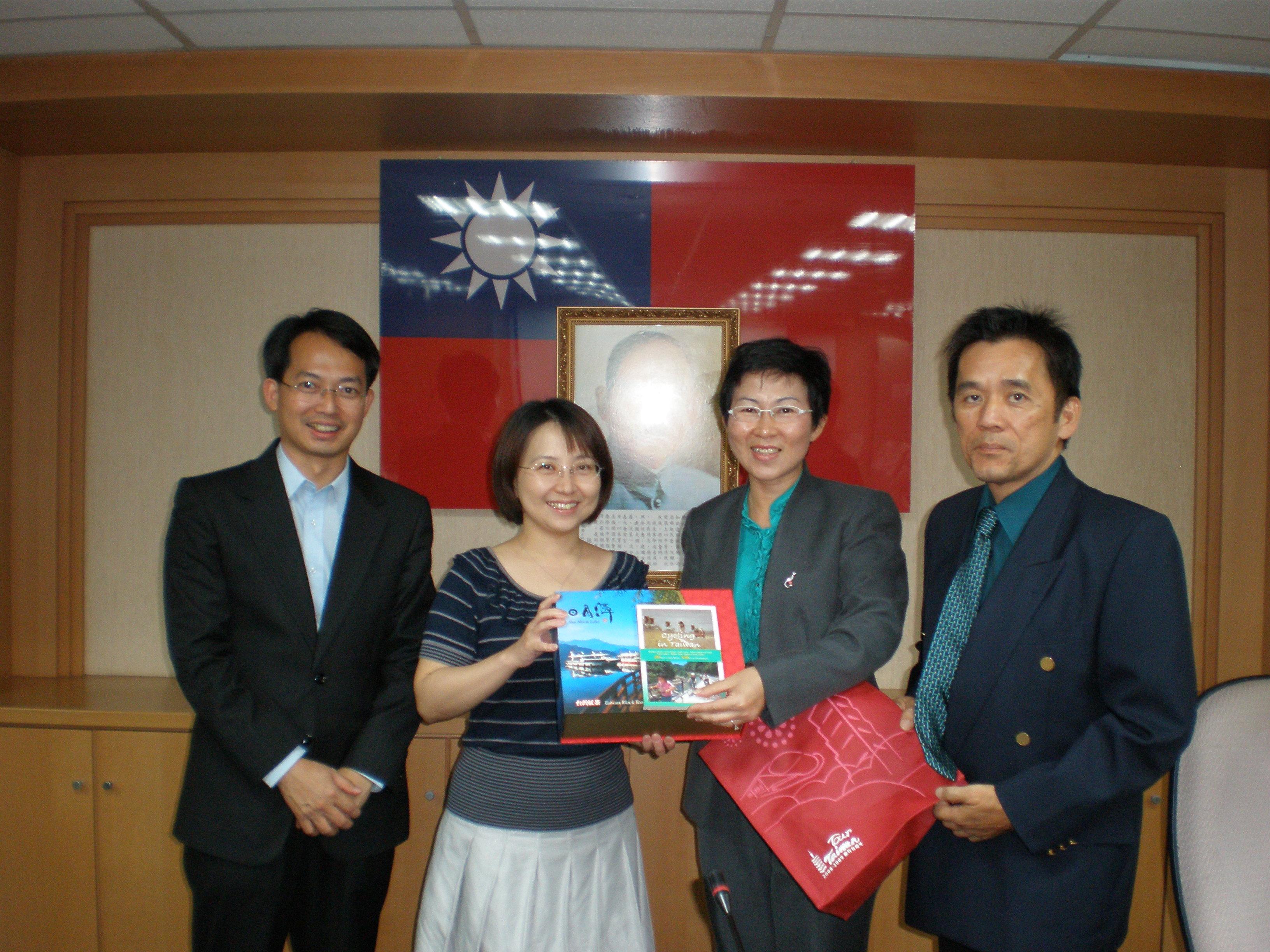 台湾交通部观光局国际组科长袁恺之(左2)移交台湾旅游观光书籍予远道而来的3名槟城客人,即槟州行政议员王国慧行政议员(右2),刘子健行政议员(左1)及郑雨周州议员。
