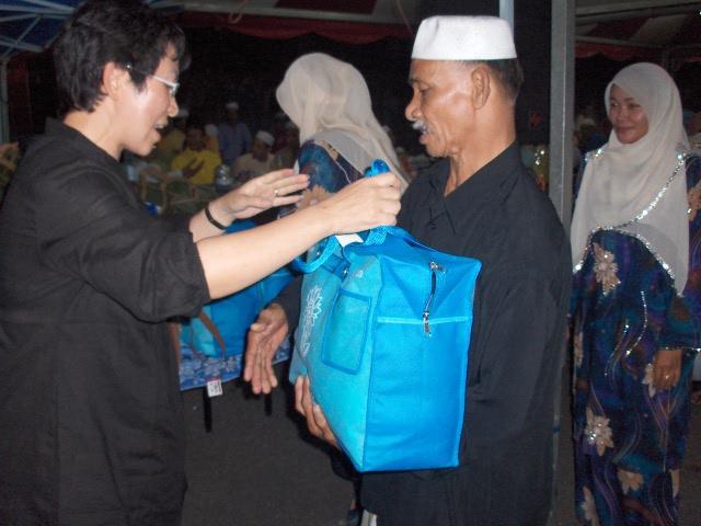 王国慧颁发开斋节礼篮于贫困的马来家庭。