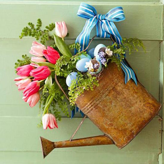 A bouquet in a vintage watering can as a wreath - brilliant rustic decor!