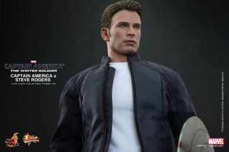 Hot Toys Captain America The Winter Soldier - Steve Rogers looking up