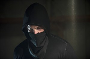 Arrow-season-3-episode-2-Oliver-in-hood