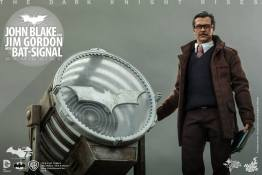 Hot Toys The Dark Knight Rises - Blake and Gordon - close up Gordon and signal