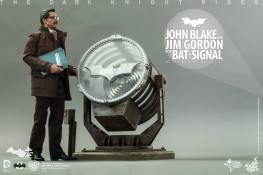 Hot Toys The Dark Knight Rises - Blake and Gordon - Gordon looking up at signal