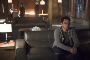 Arrow - The Offer -Malcolm listens