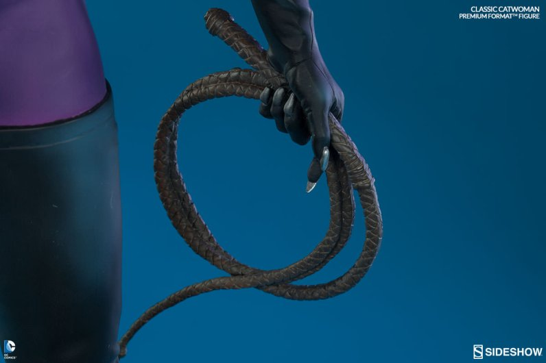 Catwoman premium format figure Sideshow - whip close up