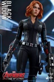 Hot Toys Avengers Age of Ultron - Black Widow - guns ready
