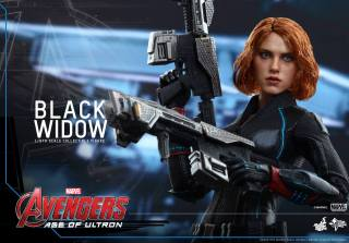 Hot Toys Avengers Age of Ultron - Black Widow - holding guns