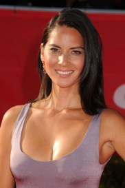 Olivia_Munn purple top