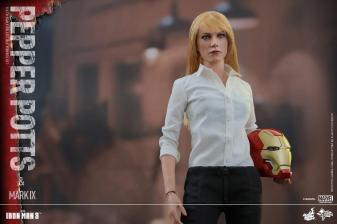 Hot Toys Iron Man 3 Pepper Potts - holding Tony head