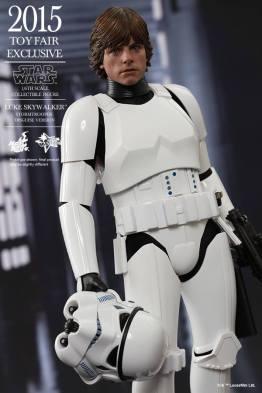 Luke Skywalker stormtrooper disguise Hot Toys -holding helmet