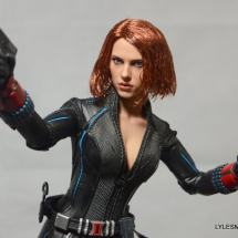 Hot Toys Avengers Age of Ultron Black Widow - aiming small pistol