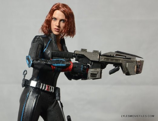 Hot Toys Avengers Age of Ultron Black Widow - holding big gun