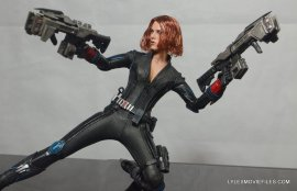 Hot Toys Avengers Age of Ultron Black Widow - holding two guns