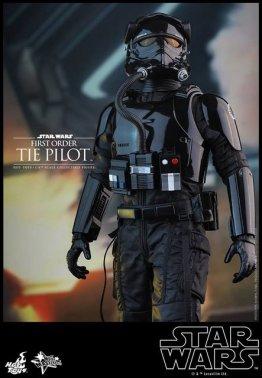 Hot Toys Star Wars Force Awakens Tie Pilot -close up