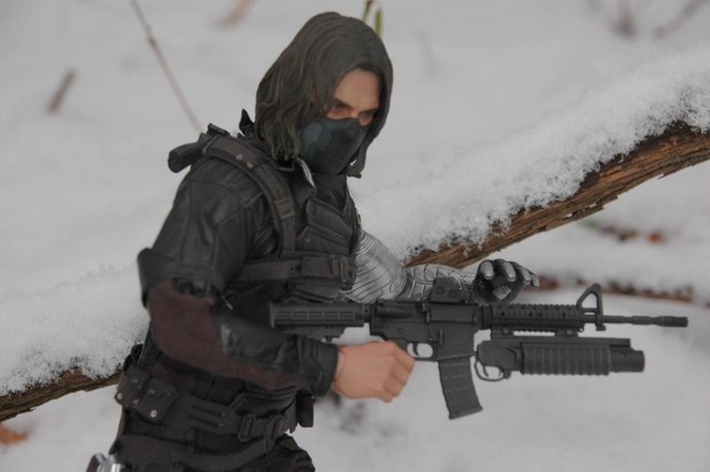 hot-toys-the-winter-soldier-walking-in-the-snow-with-grenade-launcher-close-up