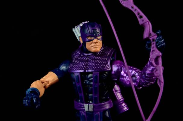hawkeye-marvel-legends-figure-review -raising bow
