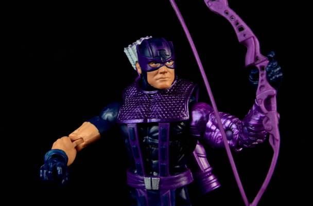 hawkeye-marvel-legends-figure-review -raising bow